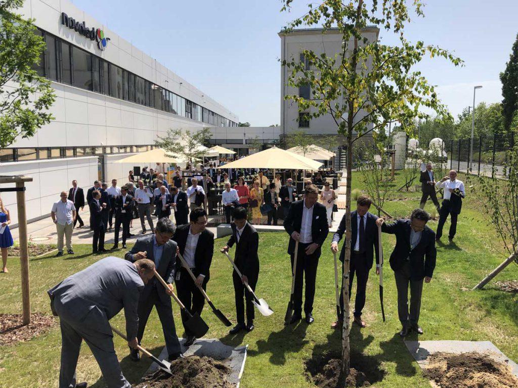 Feierliches Pflanzen einer Birke im Außenbereich des Novaled-Firmensitzes, Foto: hpm