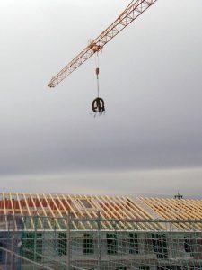 Der Richtkranz über dem fertigen Dachstuhl des Wohnquartiers am Altmarkt Dresden