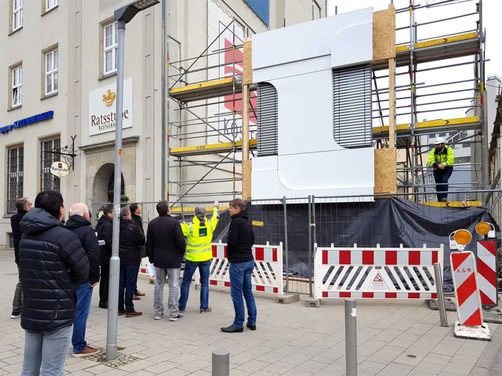 Besichtigung der Musterfassade am eins-Haus in Chemnitz