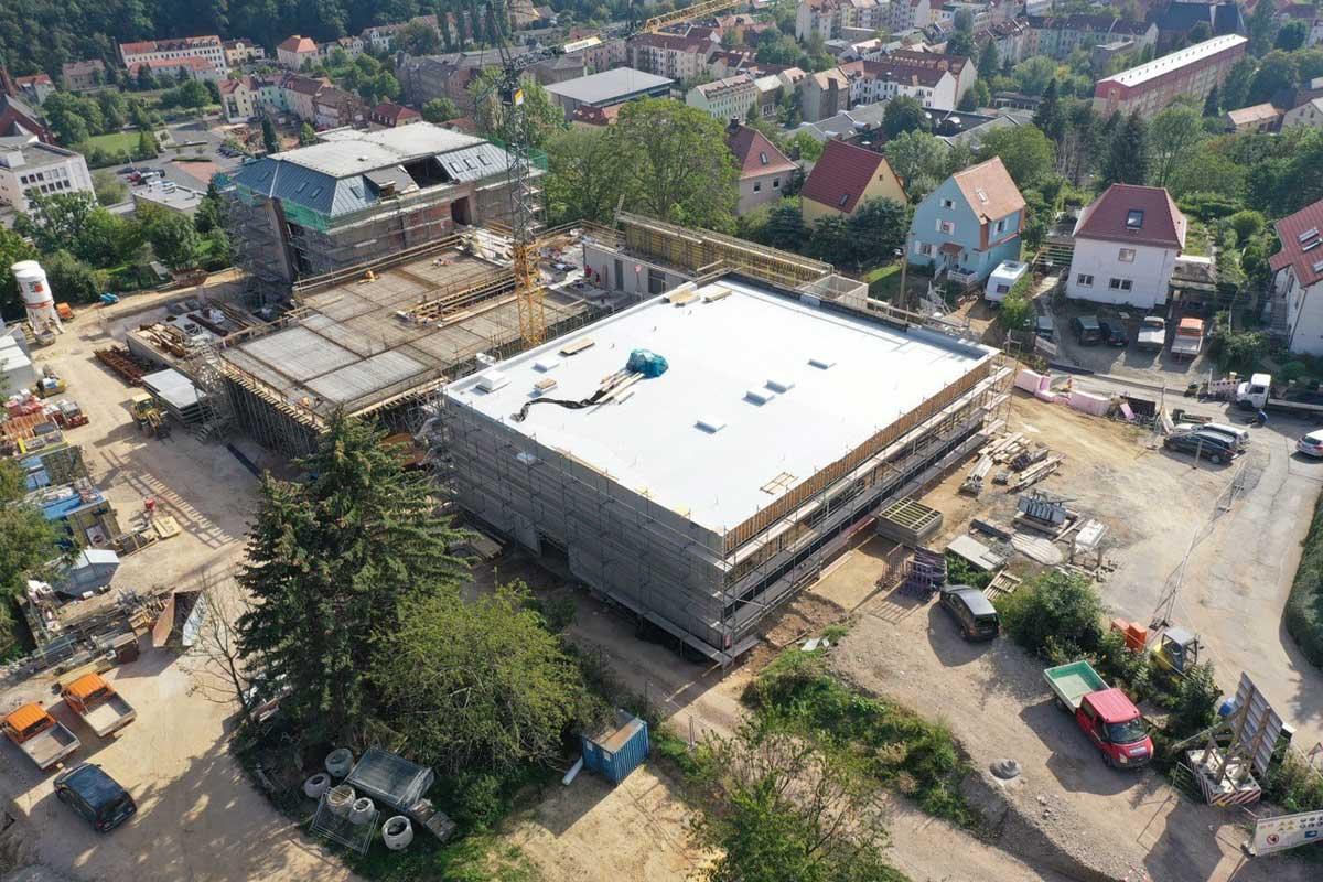 Drohnenbild von der Baustelle der Questenberg-Grundschule in Meißen (Quelle: RiegerArchitektur / Benjamin Keplinger)