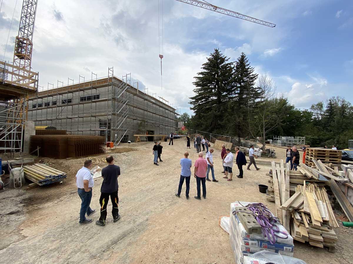 Am Richtfest nahmen Planer, Bauleute, Unterstützer aus Politik und Verwaltung sowie Lehrer der Questenberg-Grundschule teil; Foto: hpm