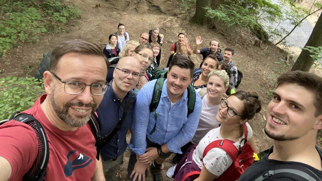 Teamfoto hpm am Bergpfad auf den Ravensberg
