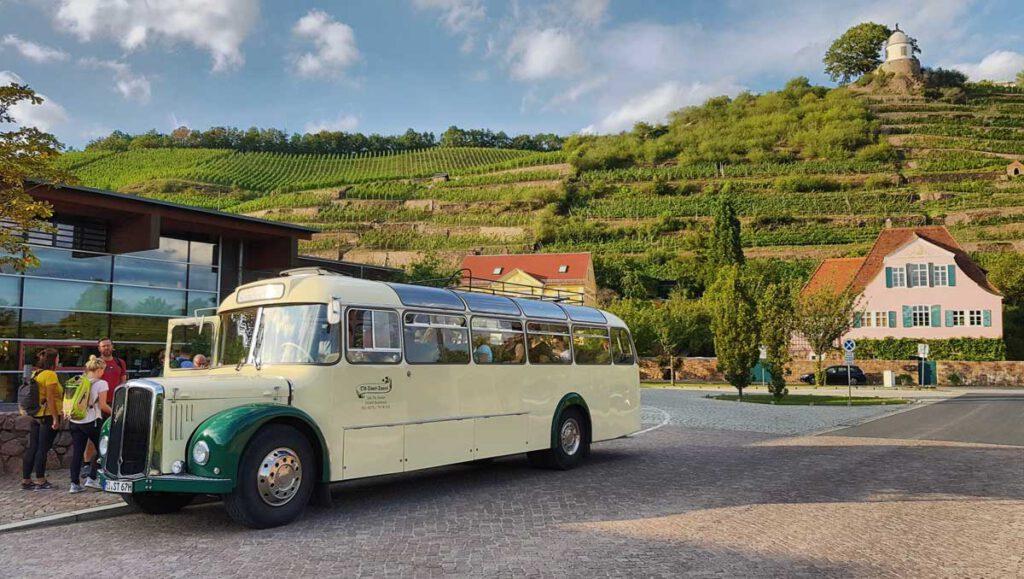 Saurer-Bus vor Schloss Wackerbarth