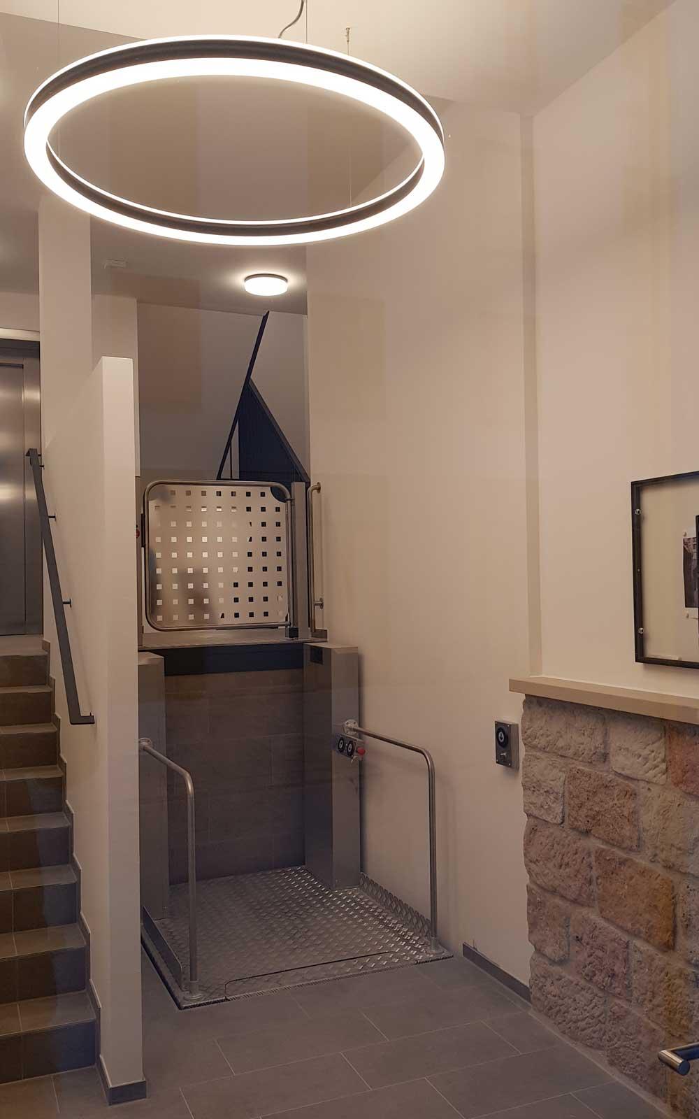 In den Treppenhäusern wurden barrierefreie Auszüge installiert (Foto: hpm)