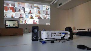 Videokoferenz über Beamer und Lausprecher im Konferenzraum
