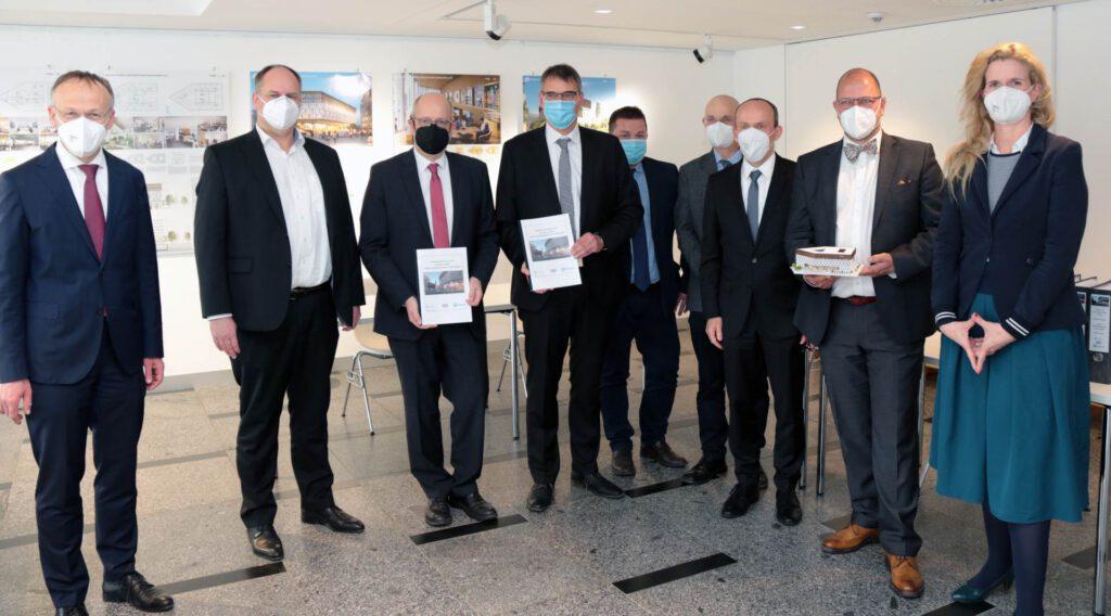 Oberbürgermeister Dirk Hilbert und Bürgermeister Dr. Peter Lames mit den Vertretern der Arbeitsgemeinschaft und der KID, Foto: © Landeshauptstadt Dresden